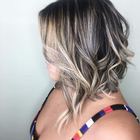 A piecey lob is the perfect cut for summer! Curled with the 1in barrel from _bellamihair 6-in-1 wand ❤️_._._._www.avoryjunebeauty.jpg