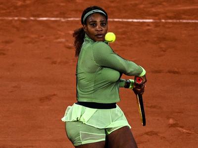 Serena Williams progresses through in first ever Roland Garros night match
