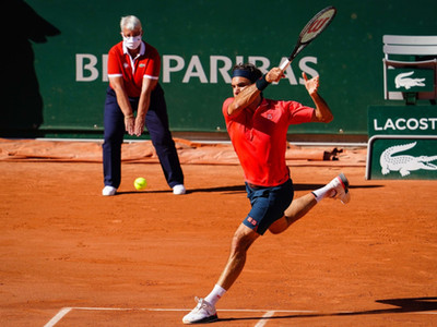 Federer marks return with emphatic win over Istomin