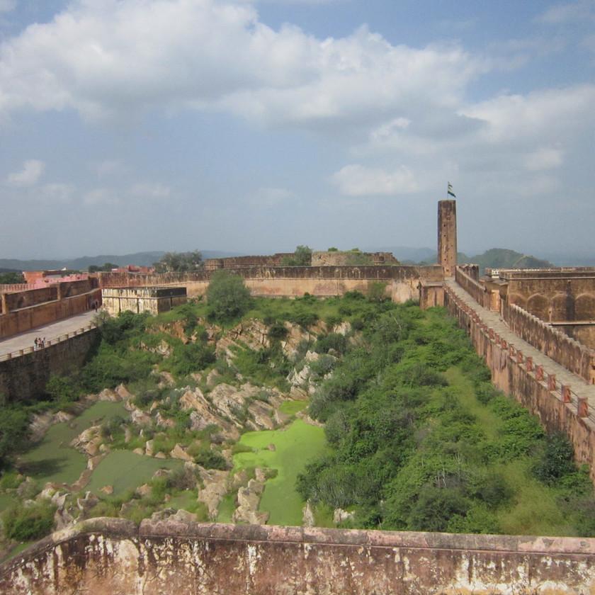 Giant walls surrounding Jaigarh Fort