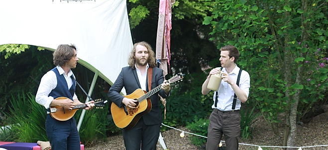 Acoustic musicians and buskers for hire for weddings, parties and summertime events.