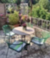 Jolie terrasse fleurie et ensoleillée pour diner au soleil couchant