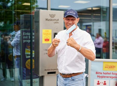 Box Legend attends launch of Maskomat in Germany