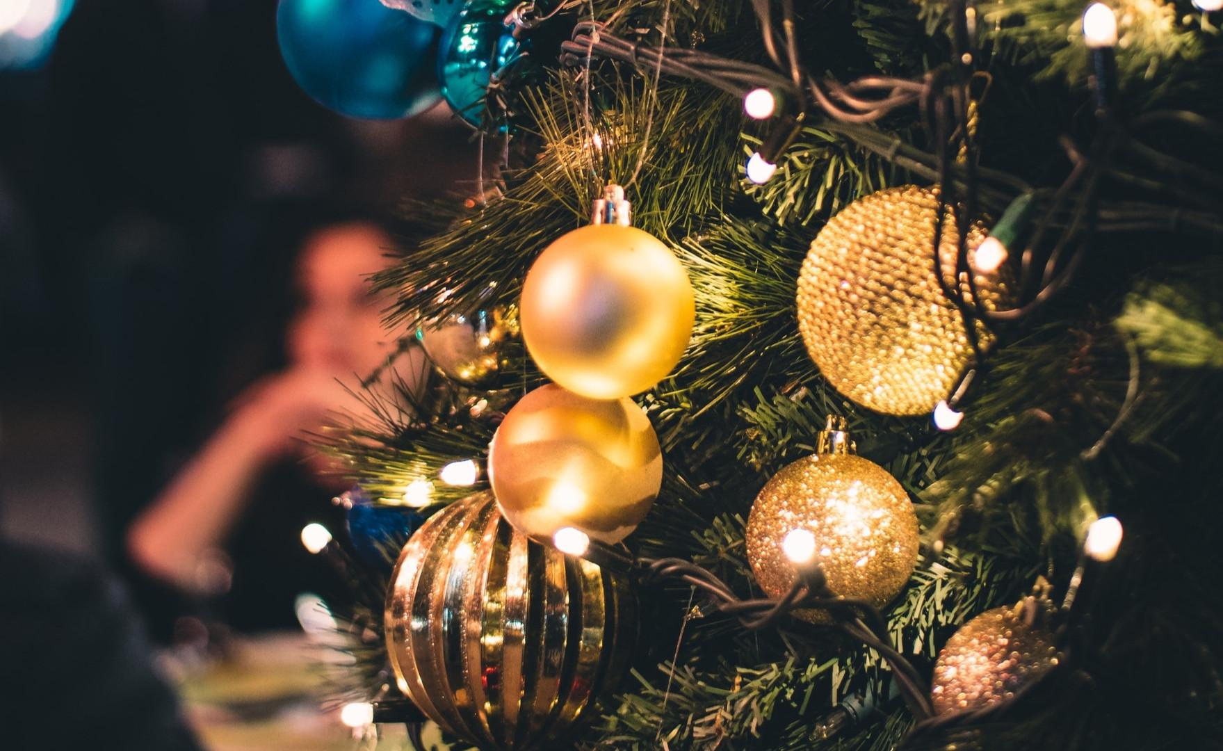 balls-blurred-background-christmas-72437