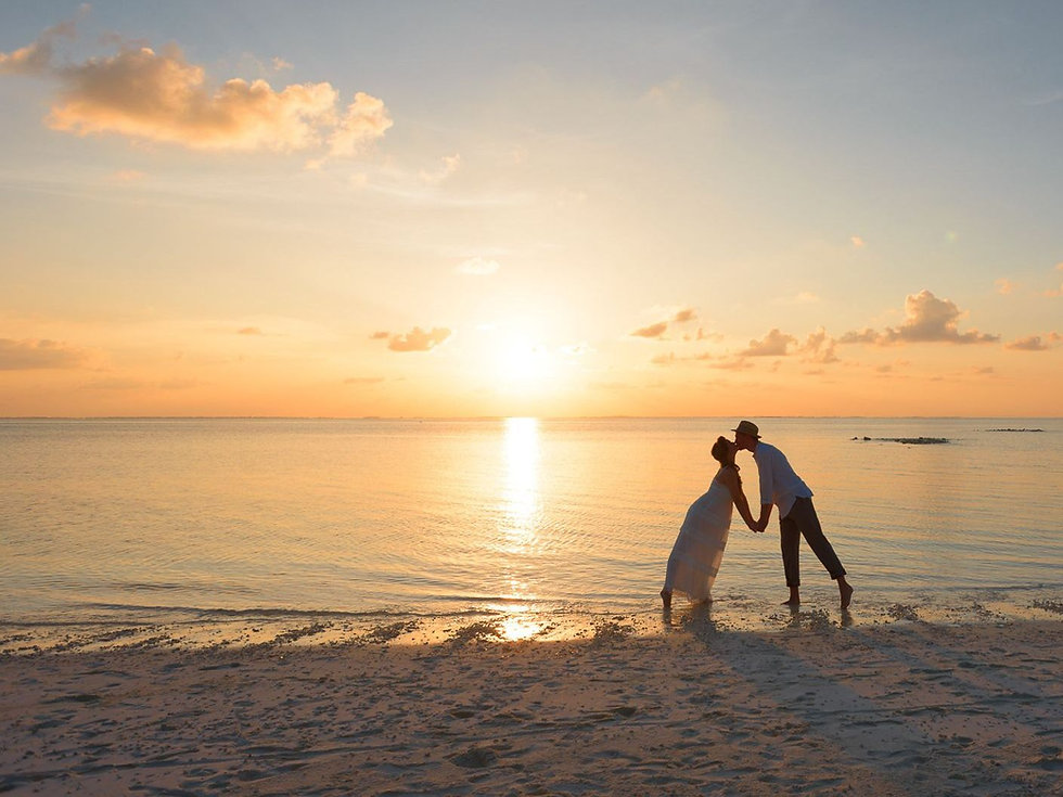 Couple-Kissing-on-the-Beach-Newlyweds-En