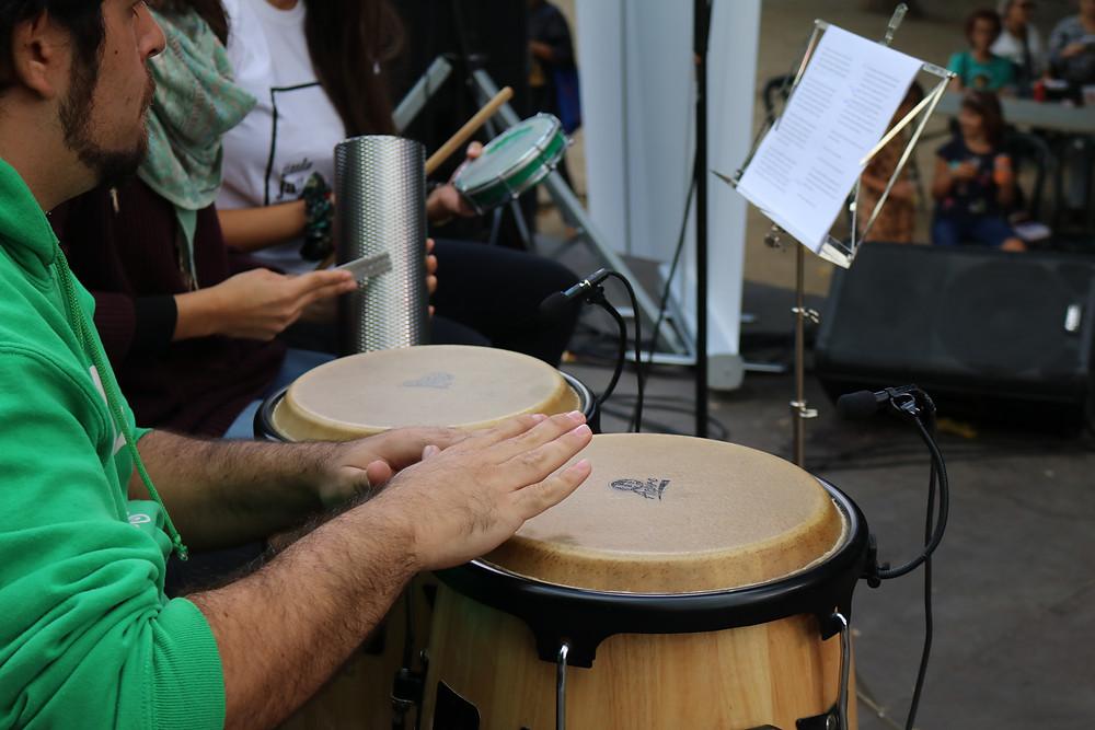 Adrià Torres tocant les congues a una actuació amb Petits Músics del Món