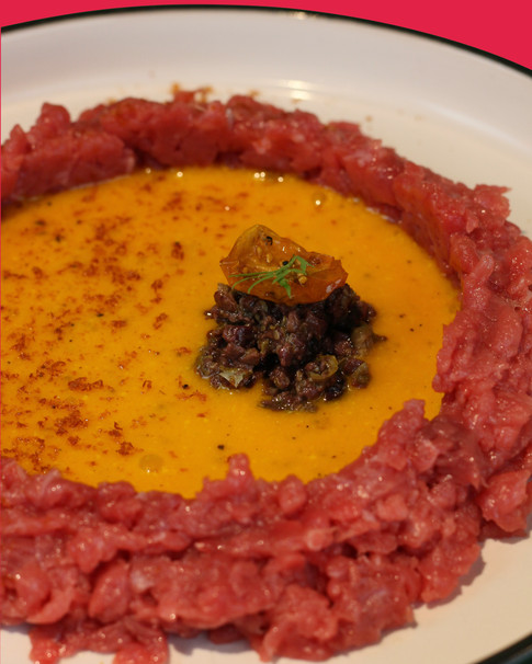 Tartare di manzo con uovo al pecorino, capperi, olive taggiasche e polvere di pomodoro