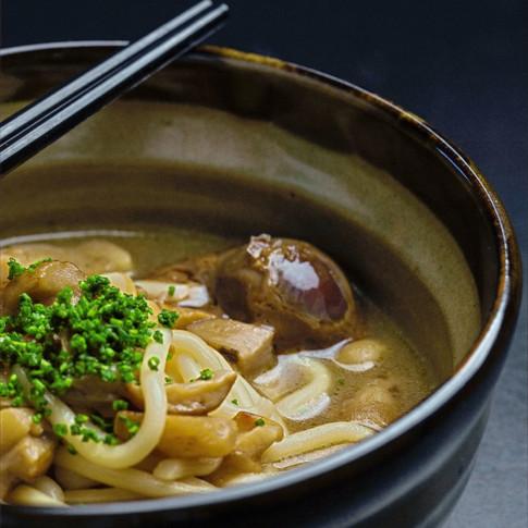 Udon: Udon di grano tenero in a awase dashi, siero di parmigiano e porcini, uova marinate in soia e katsuobushi