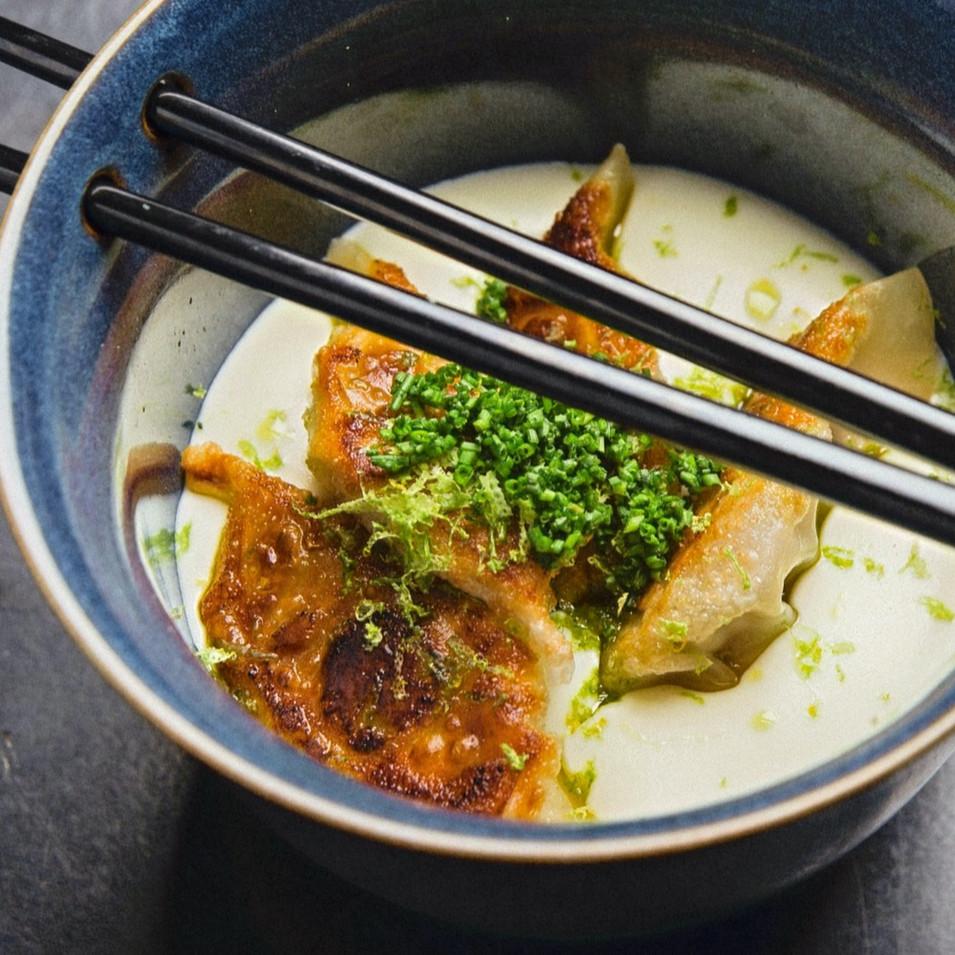Kraken gyoza: Ravioli al vapore ripieni di polpo, spuma di pecorino e lime.