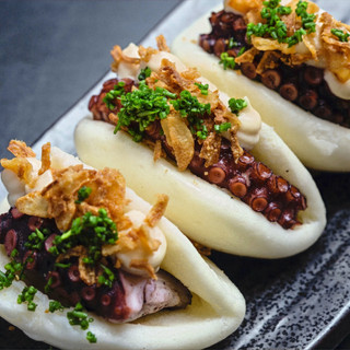 Tako bao: polpo, sweet shiro miso sauce, rucola selvatica, cipolla croccante