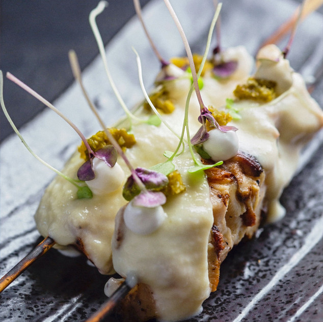 Yakitori Fondue: sovracoscia di pollo ruspante marinata in worchester, groviera fuso, ali-oli e jalapeno verde fermentato