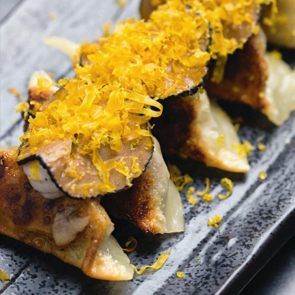 Five spice goose gyoza : Ravioli al vapore ripieni di anatra alle 5 spezie, tartufo e uovo marinato, affumicato ed essiccato
