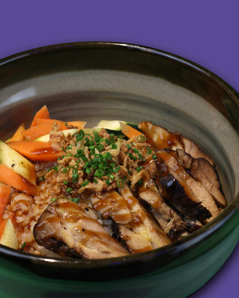 CHICKEN POKE   Riso, pollo marinato in worchester, verdure di stagione, salsa teriyaki