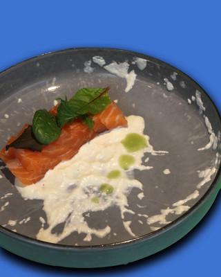 Sashimi di salmone, tzatziki e olio al basilico
