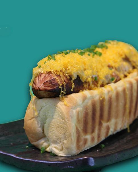 HOT DOG di cinta senese, cheddar, honey sauce e cipolla croccante