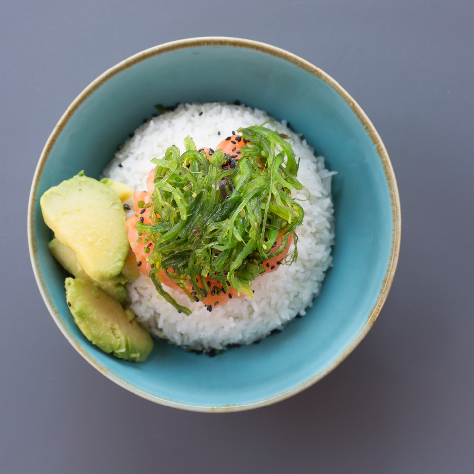 SALMON POKE - riso jasmine, salmone marinato, verdure di stagione, alghe wakame, avocado