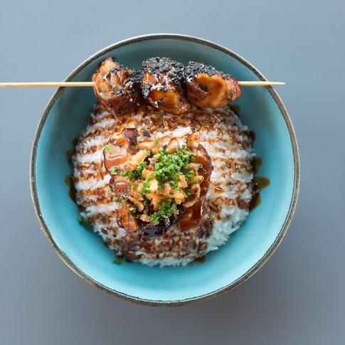 CHICKEN POKE - riso jasmine, pollo marinato in soia affumicata, verdure di stagione accompagnato con yakitory di pollo glassato in teriyaki