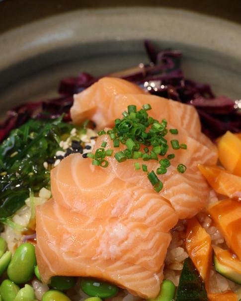 FISH POKE   Riso, salmone o tonno, edamame, alghe wakame, verdure croccanti, salsa teiryaki