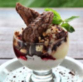 brownie fit com sorvete e farofa.jpg