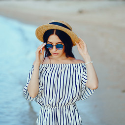 woman-freelancer-on-the-beach.jpg
