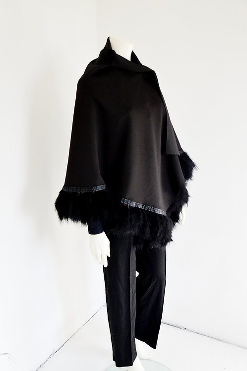 Cape lined with a leg of real feathers
