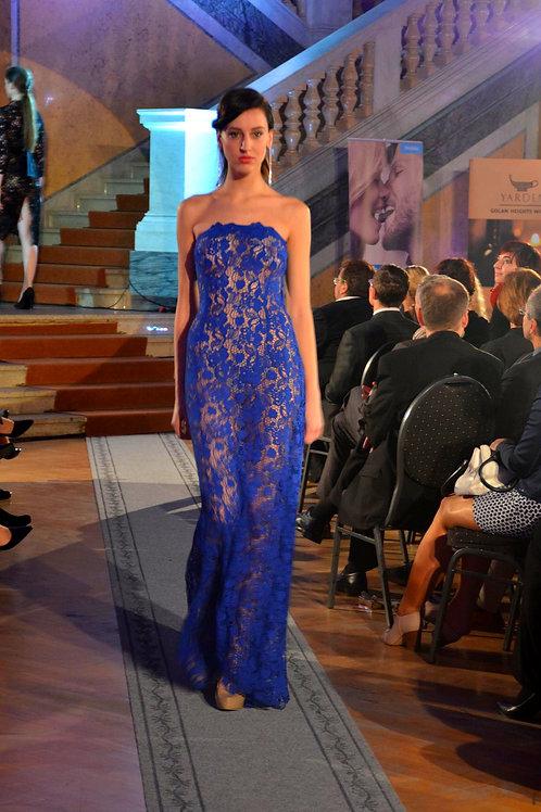 Šaty z modré splývavé krajky
