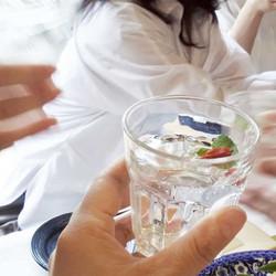 自家製ソーダ水にGokanshaハーブを浮かべて