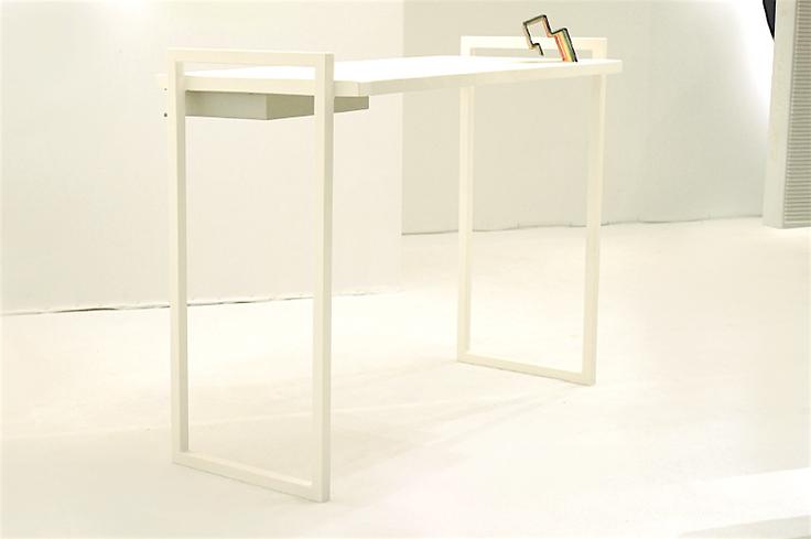Espace Meyer Zafra, Ania Borzobohaty, Bureau blanc et gris avec structure arc en ciel