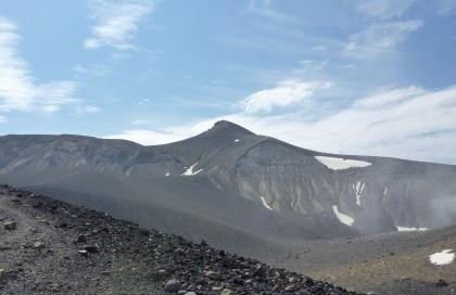 北海道の夏山登山 / 快晴の十勝岳で可愛い登山犬が健(犬)脚で登っていました