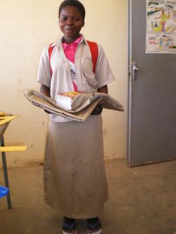Bibata reçoit son matériel scolaire