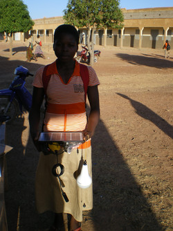 Bibata reçoit sa lampe solaire