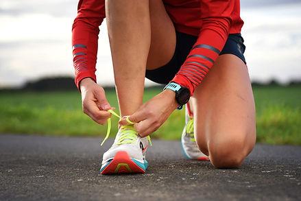 Laufschuhe schnüren und mit dem ersten Trainingsplan loslegen. Foto: Michele Lemmen