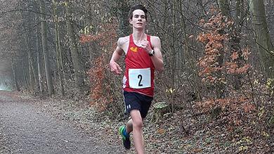 Tobias Lübeß auf dem Weg zu seinem Gesamtsieg beim Adventslauf.
