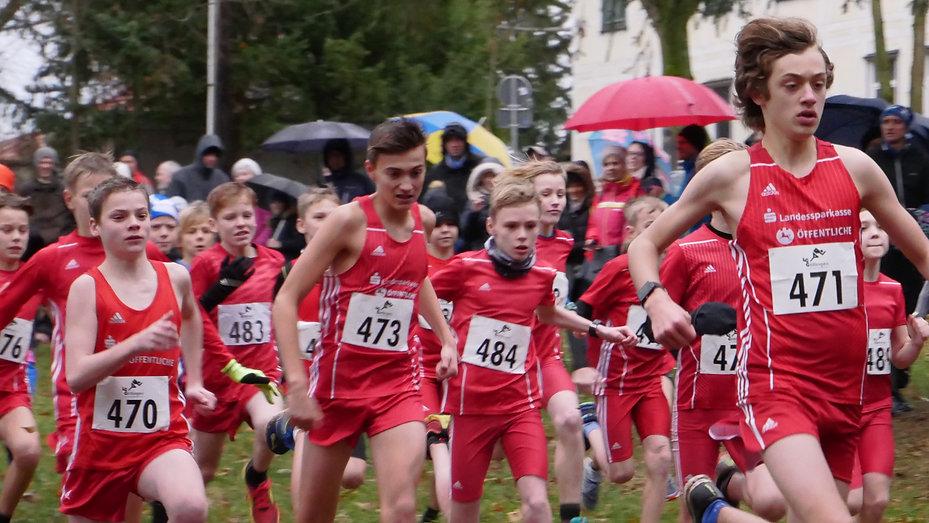 Zahlreiche Neuzugänge kann der Braunschweiger Laufclub auch in der U16 verzeichnen. Vorne mit der Startnummer 471 ist der mehrfache Landesmeister Moritz Fellner aus Cremlingen zu sehen, hier mit seinen Teamkollegen noch startend im Trikot der LG Braunschweig. Foto: Weiß
