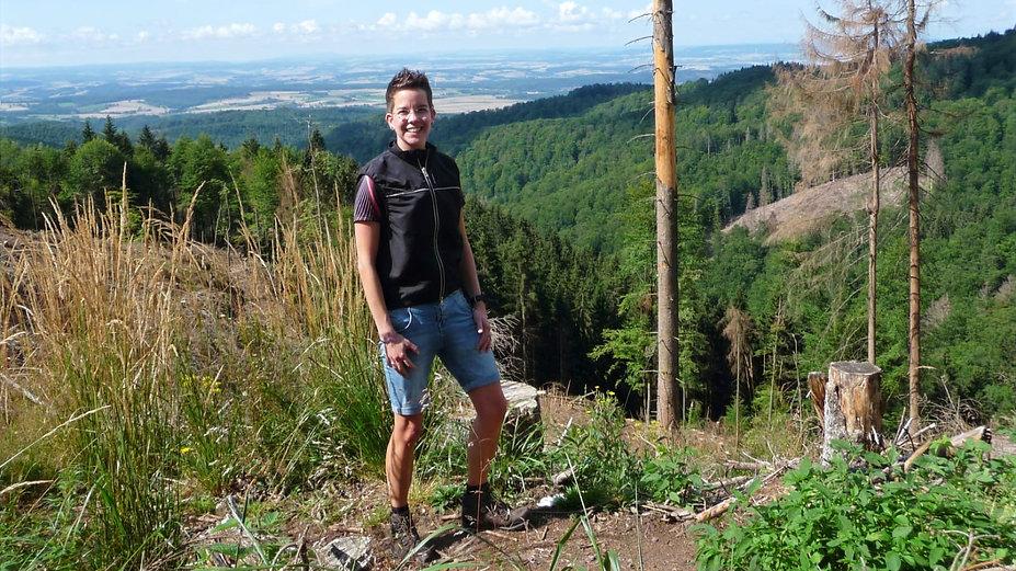 Simone Reichstein beim Wandern im Mittelgebirge Harz