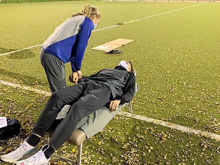 Chropraktorin Katharina Karn während einer Untersuchtung von Tim Kalies. Foto: Alpers