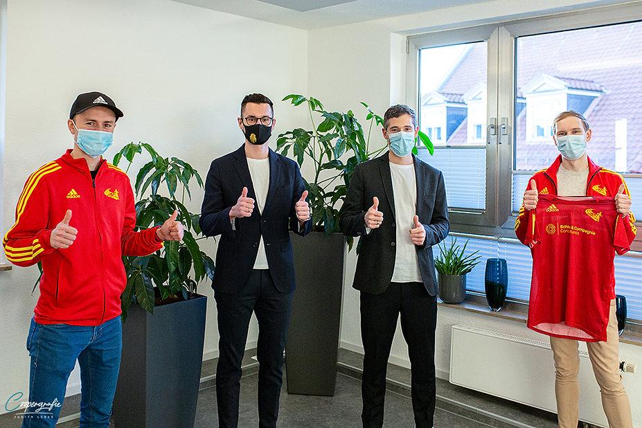 Vetragsunterzeichnung in der Firmenzentrale von Böhke & Compagniein Braunschweig. Bei Von links Philipp Erler, Richard Feininger (Böhke-Vertreter) und Süleyman Kuzguncu (BLC-Vorsitzender) Foto: Judith Lübeß