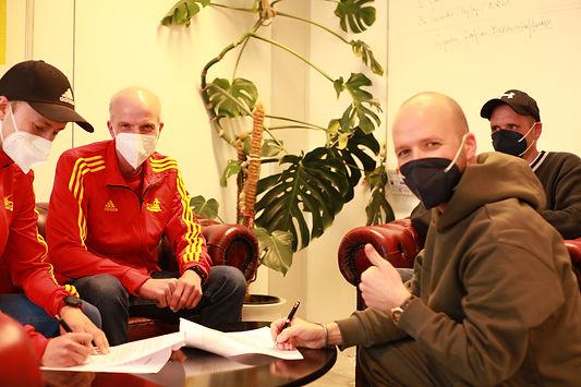 Geschäftsführer Max Babytskyi (rechts) unterzeichnete im Namen von ViPiBaX den Vertrag und freut sich zusammen mit seinen Geschäftspartnern Dr. Malte Regelin und Johann Issajew auf die kommende Zusammenarbeit.