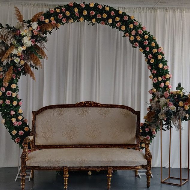 Pampas passion & Romantic Roses Moongate Arch Stage