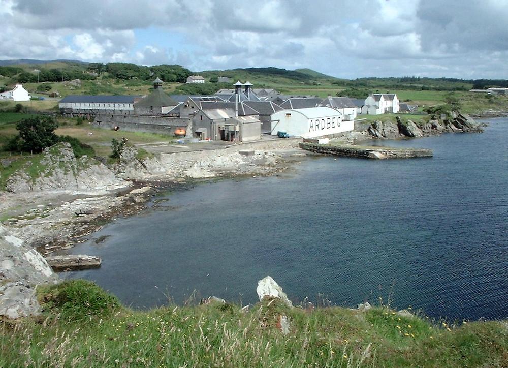 Destileria de Ardbeg en Islay, vista cruzando la bahía