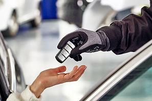 mecanico-que-entrega-llaves-auto-clienta