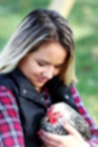 tyttö ja kana.jpg