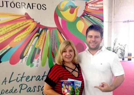 Meu filho Adrian prestigiando a Sessão de Autógrafos em Joinville/SC