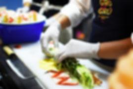 Chef haciendo sushi con fresa y mango