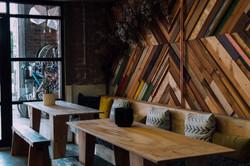 stolovi-klupe-zidna-dekoracija-od-drveta