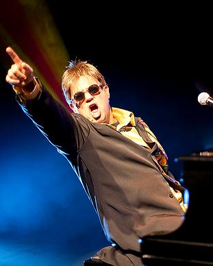 Elton_John_-_Créditos_Mauricio_Noro.png