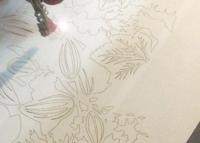 La découpe et gravure laser sur carton produit un effet très fin et détaillé, particulièrement adapté au faire-parts de mariage, au prototypes, maquettes d'architecture, aux logos, aux décorations et ateliers avec les enfants . Nous découpons le carton kraft, le carton bois et carton gris, la carton plume.  Gravure et découpe.