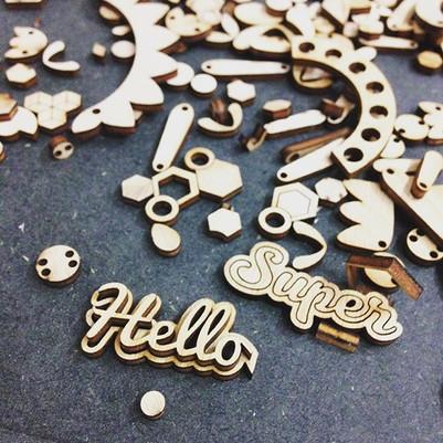 Hello Super découpe bijoux en bois par la découpe laser Bordeaux par le Puits d'Amour