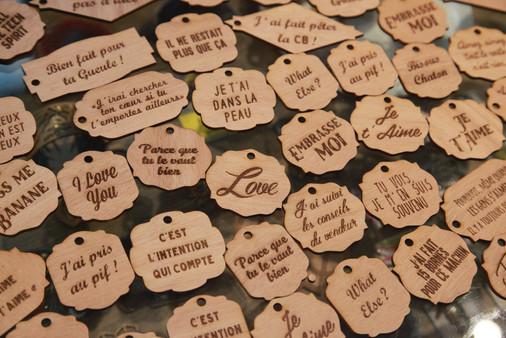 Étiquettes cadeaux sardoniques en bois pour faire plaisir et rire avec vos amis ! Découpe laser Bordeaux