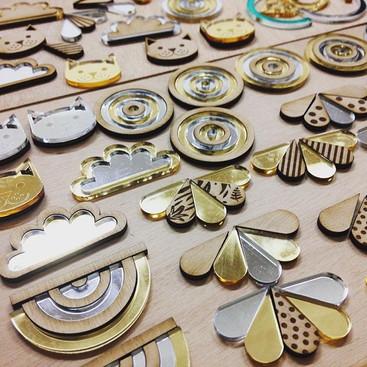 De nouveaux bijoux, des broches et des collier en préparation à l'atelier. Ça sent le printemps !_#workinprogress_._.jpg
